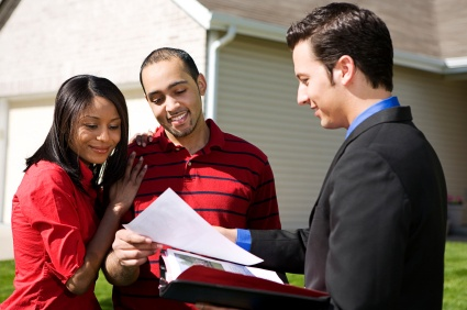 istock-realtor-selling-a-home
